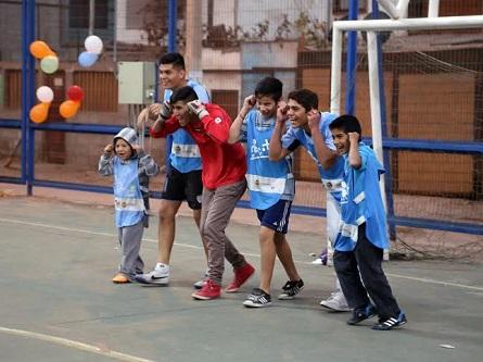 Juveniles del CDI en una clase de Fútbol Más
